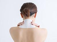 頚椎部に湿布を貼る女性
