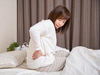 腰を痛めた女性